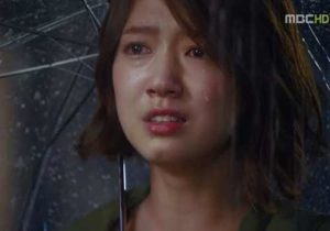Hình ảnh buồn khóc trong mưa đầy tâm trạng khi yêu